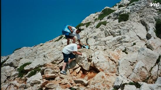 Escalade sur la falaise blanche pour atteindre Marseilleveyre