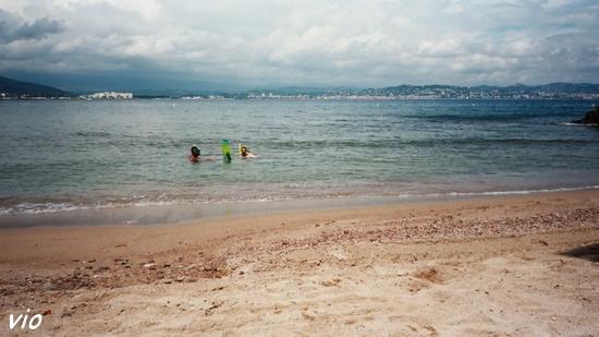 la petite plage de Théoule, au pied des falaises rouges