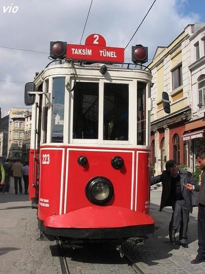 Le tram de Tunel à Taksim ... La petite place du Tünel tire son nom du plus ancien (1871) et plus court métro au monde (600 m) qui relie Péra à Galata. Ce sont les Français qui ont fait les premiers essais de métro à cette endroit !