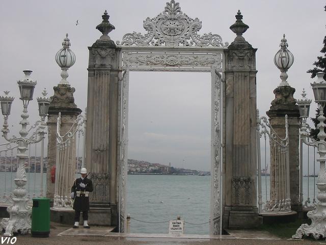 """Une des """"portes"""" du palais donnant accès directement sur le Bosphore"""