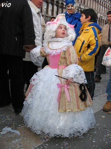 Si jeune ... et déjà initiée au carnaval !