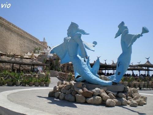 Les sirènes, emblème d' Hammammet, au pied de la Kasbah