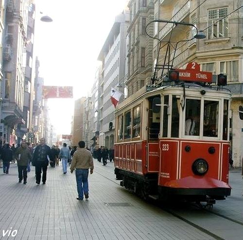 Istiklal Caddesi et le tramway de Pera à Taksim