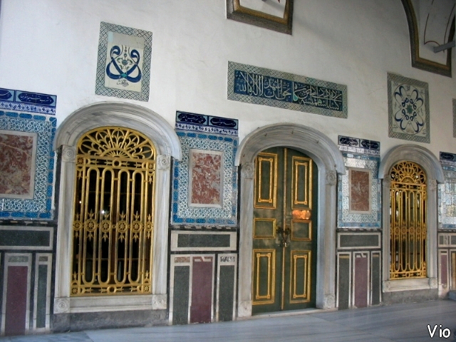 Les portes revêtues d'or et les murs en mozaïques de Topkapi