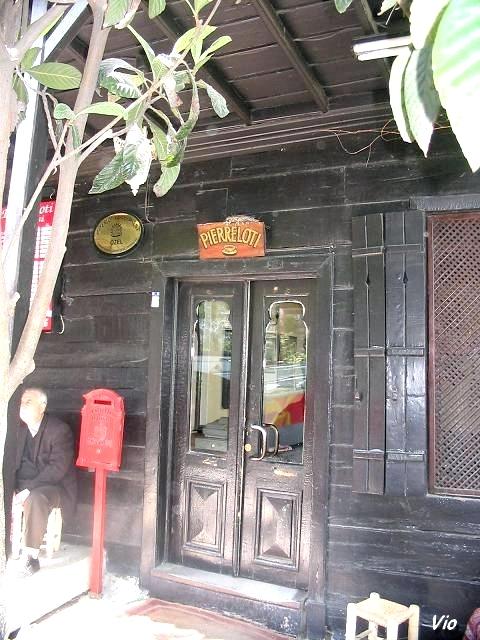 L'entrée du Café Pierre Loti