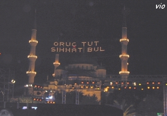 La mosquée magnifiquement illuminée