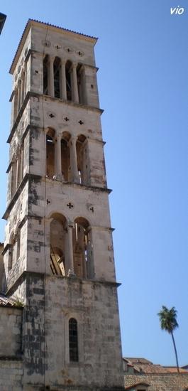 Le campanile de la cathédrale St Etienne et ses baies, dont le nombre augmente avec les étages