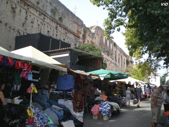 L' immense marché au pied de la muraille