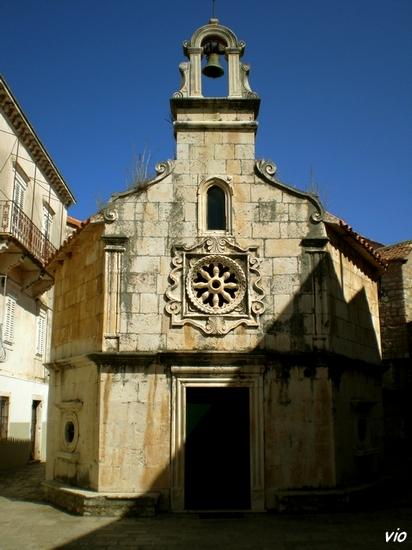 la petite église gothique Saint-Michel datant du 13ème siècle