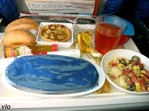plateau repas dans l'avion ... déjà la petite bouteille de Rhum offerte :-))