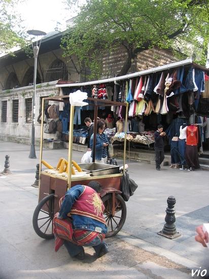 Vendeur de simits en tenue traditionnelle