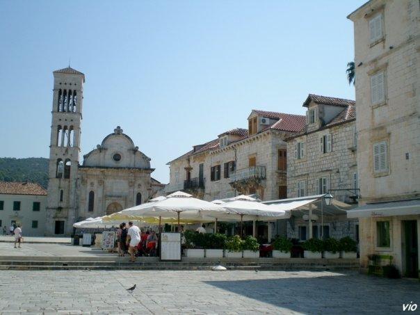 la place principale St Etienne (Trg Sv STjepana) et La cathédrale St Etienne, typique de la Renaissance Dalmate