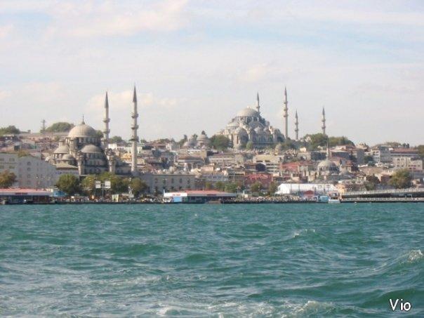 La Corne d'Or, à gauche la Nouvelle Mosquée (près du marché aux épices) et à droite, la Mosquée de Soliman le Magnifique