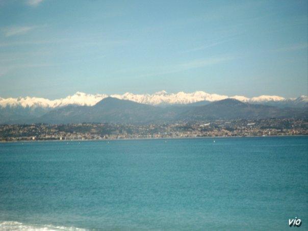 Sur la route du littoral, entre Cannes et Nice ... au loin les montagnes !