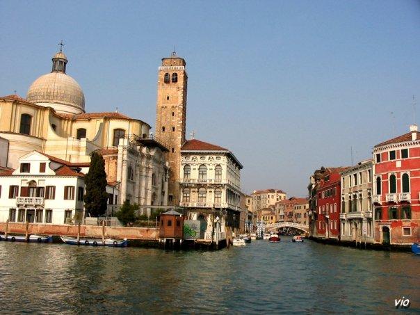 L'île de Murano est située au nord de Venise, dans la lagune. Les artisans sont spécialisés dans le soufflage du verre et ont une renommée internationale.