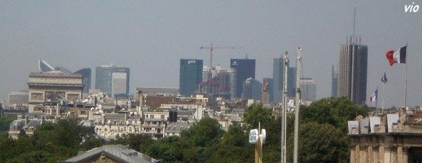 L'Arc de Triomphe, Les Tours de La Défense et à droite l'hötel Crillon