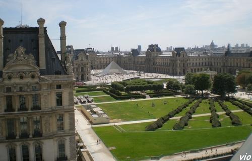 Jardin des Tuileries - vue de la grande roue sur le musée du Louvre