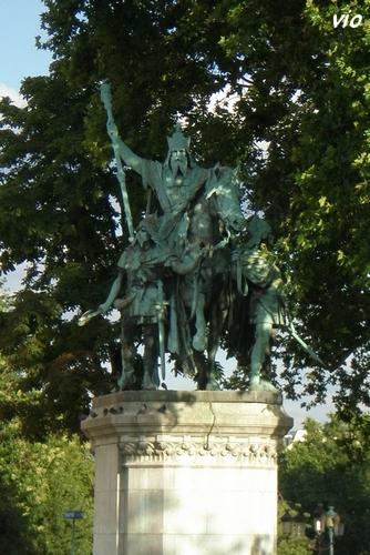Statues de Charles et Clovis sur le parvis de Notre-Dame
