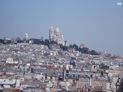 Une magnifique vue de la butte Montmartre et la basilique du Sacré Coeur, depuis la grande roue