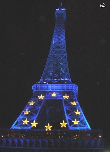 La Tour Eiffel aux couleurs de l'union Européenne - Août 2008