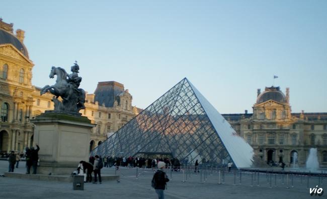 Ballade hivernale du quartier Saint Michel jusqu'a la Pyramide du Louvre, en longeant les quais de Seine
