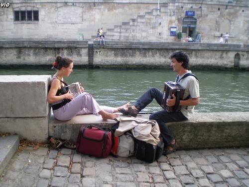 Accordéonistes en contre-bas des quais de Seine