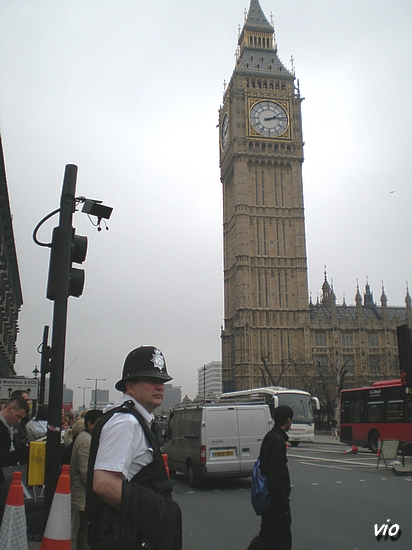 Première rencontre avec un Bobby, les policiers britaniques !